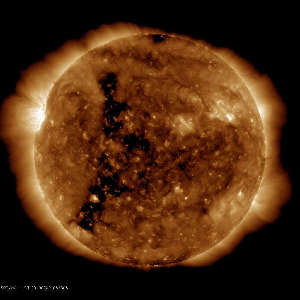 http://www.spaceweather.com/images2010/09jul10/coronalhole sdo blank.jpg?PHPSESSID=i5jslptv7n4hc06i0mn2g2lg66