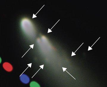 En la imagen obtenida en el VLT se pueden apreciar otros cinco minicometas surguidos del fragmento B. Crédito ESO.